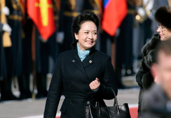 The new First Lady's choice of a tailored dark coat accessorized by a turquoise scarf and tailored leather black handbag (looks like a Tod's but apparently is not - China media saying that it is not a designer brand) sparked copycats on Chinese online shopping portal Taobao