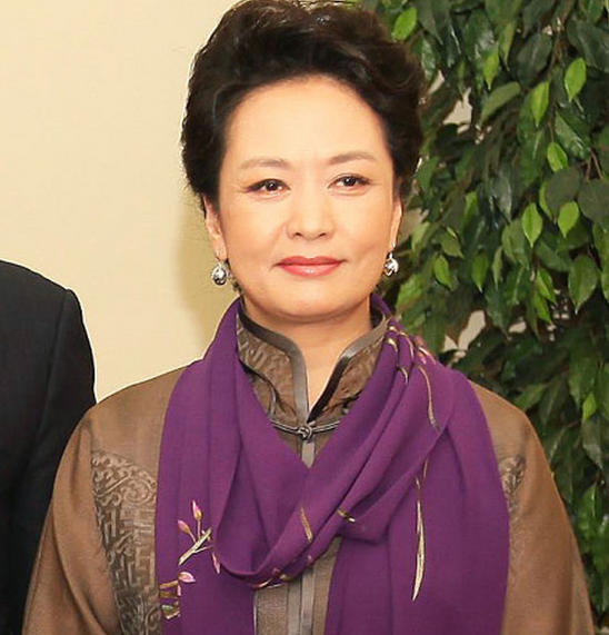 We love how the First Lady is proudly representing Chinese fashion! Here she wears a traditional Chinese jacket with high collar and Chinese buttons, fashionably draped with an embroidered scarf.