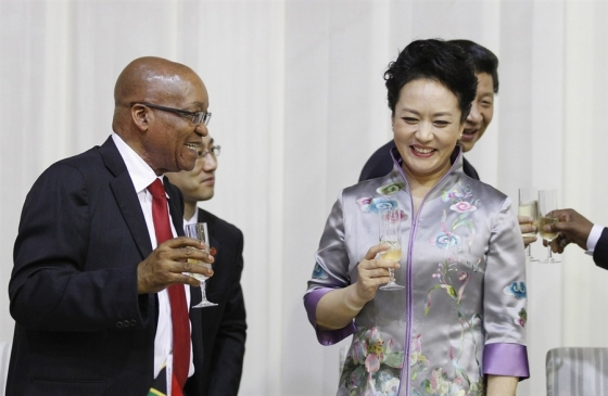 During an official event, while exchanging toasts and charming South African president Jacob Zuma, the First Lady donned a gorgeous silk Chinese embroidered jacket with floral motif in light shades of grey and lavender.